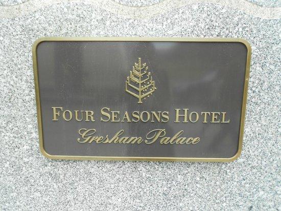 Four Seasons Hotel Gresham Palace : Logo à l'entrée