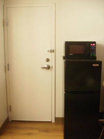 Motel 6 Boston - Tewksbury: Refridge and microwave next to door to other room
