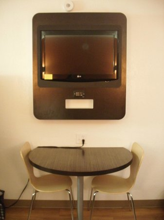 Motel 6 Boston - Tewksbury: T.V. and table