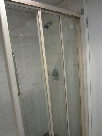 Mercure Perth: Dated shower cubicle