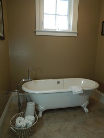 Captain's Manor Inn: Fabulous tub