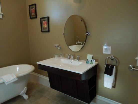 Captain's Manor Inn: Bathroom