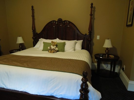 Captain's Manor Inn : Comfy bed