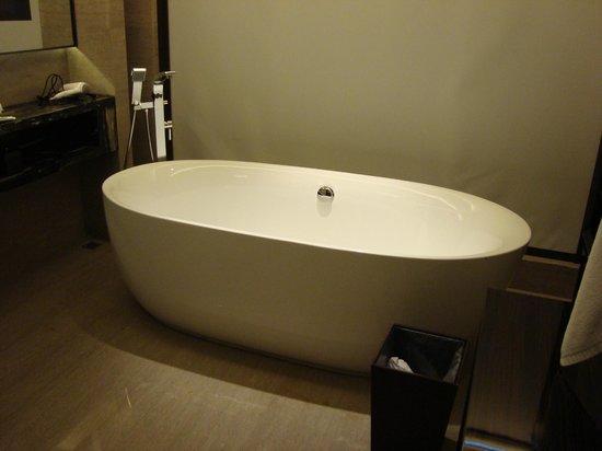 Lvdao International Hotel: Bañera