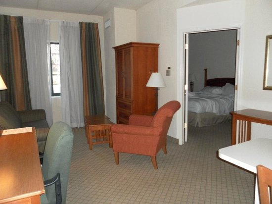Sonesta ES Suites Parsippany : looking into the room from the entrance door.