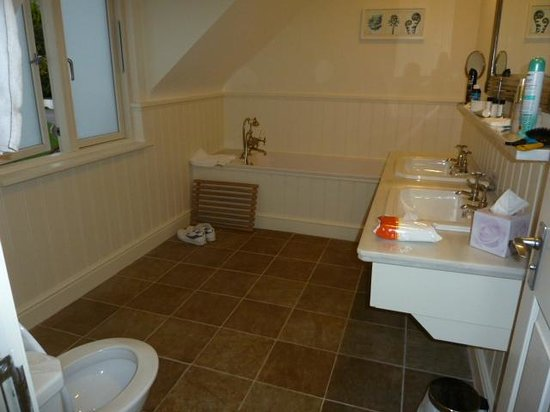 Sedlescombe Golf Hotel: his & hers sinks