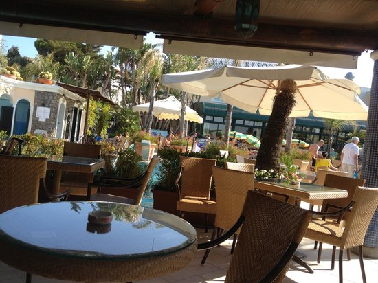 Sorriso Thermae Resort & Spa: Tavolini bar esterno