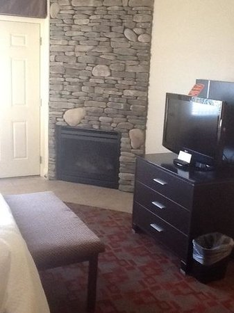 Clarion Inn Dollywood Area: gas fireplace on a timer, flat screen tv