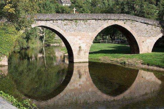 Hôtel Restaurant du Vieux Pont: Whence the name - real roman bridge