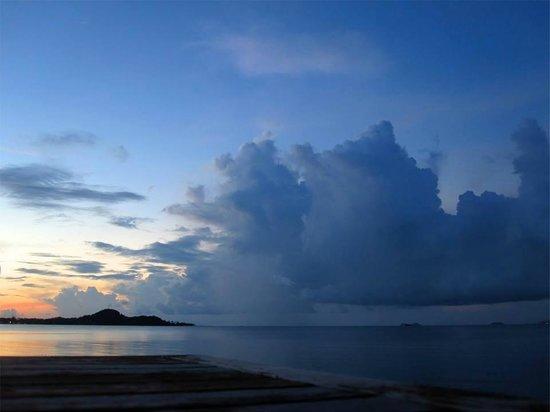 Ad Hoc Beach Cafe: clouds