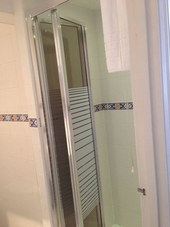 The Windermere Hotel : Room 21 - shower