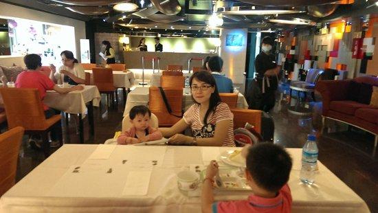 In One City Inn: breakfast at hotel lobby