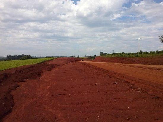 San Vicente, Argentinien: Construcción de la ruta 221- camino de tierra