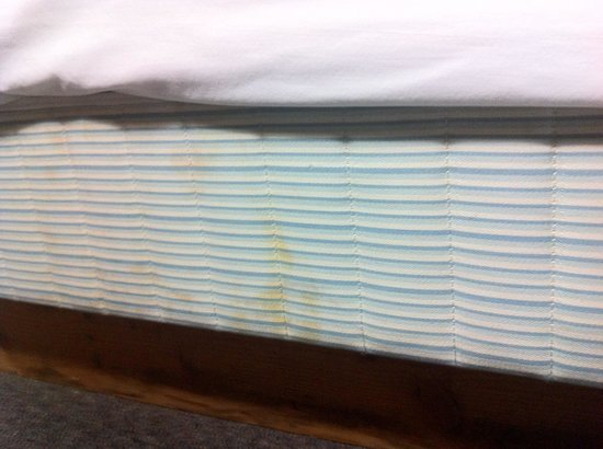 Ray Lyn Motel: Bed stains bed 2