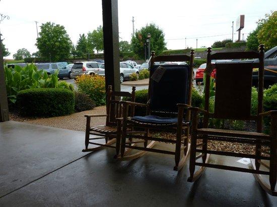 Cracker Barrel : The front porch