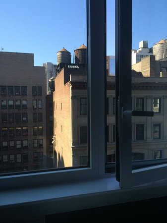 SpringHill Suites New York Midtown Manhattan/Fifth Avenue: Windows open slightly for fresh air