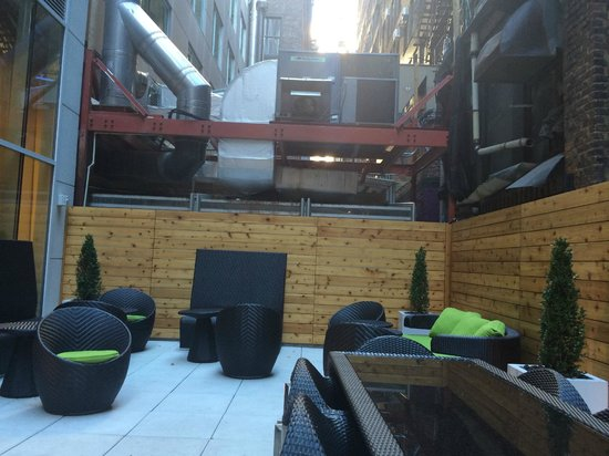 SpringHill Suites New York Midtown Manhattan/Fifth Avenue: Outdoor dining area was very nice