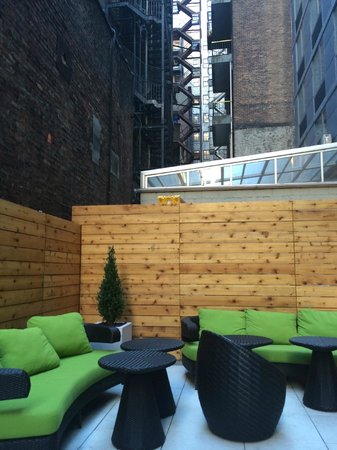 SpringHill Suites New York Midtown Manhattan/Fifth Avenue: Outdoor dining area pic 2