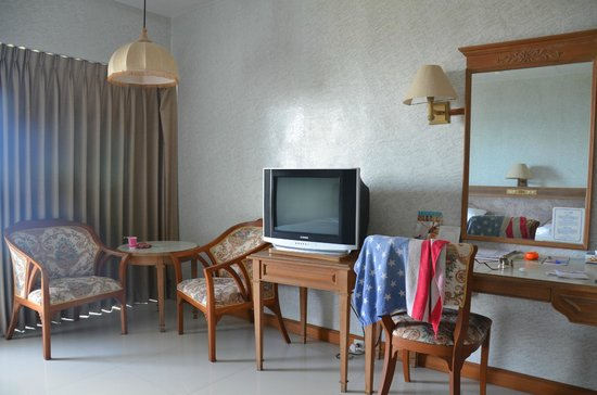 Pattaya Park Beach Resort: телик, стол, кресла