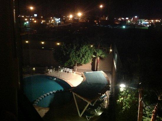 Fiesta Inn Mexicali: alberca de noche