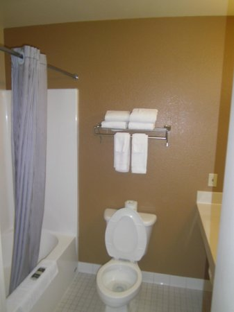 Extended Stay America - Minneapolis - Brooklyn Center : Bathroom