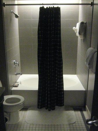 Magnolia Hotel Dallas Downtown: suite bathroom