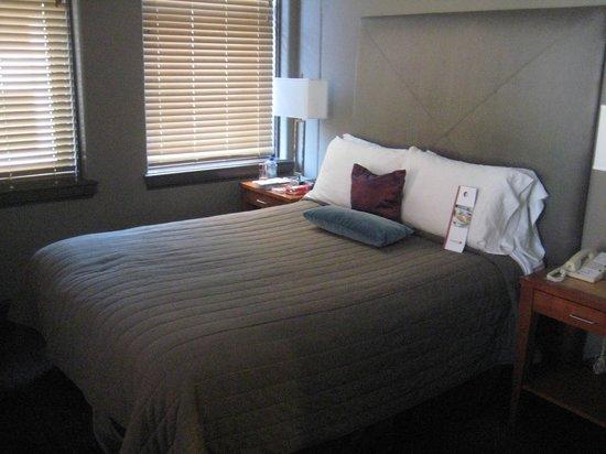 Magnolia Hotel Dallas Downtown: suite bedroom