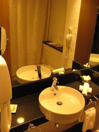 Crowne Plaza Hotel Jerusalem: Club Floor Room / Bathroom