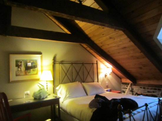 Auberge Place D'Armes : Attic room.