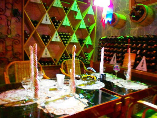 Deep Forest Garden Hotel: Table et vins