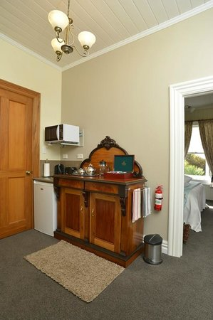 Historic Sennen House Boutique Accommodation: James Cook Apartment Kitchenette