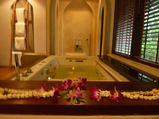 Royal Muang Samui Villas: Jacuzzi hot-tub in Pool Villa