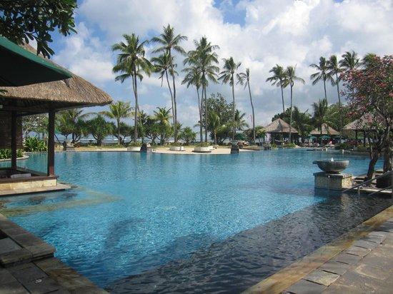 The Patra Bali Resort & Villas: Main pool with swim up bar