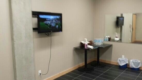 Hotel Dauphin Montreal Downtown: gym with lcd tv and provided water bottles