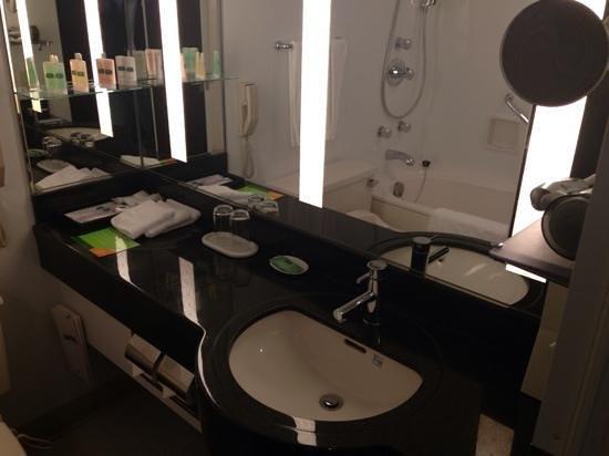 Courtyard Tokyo Ginza Hotel: Well maintaine bathroom