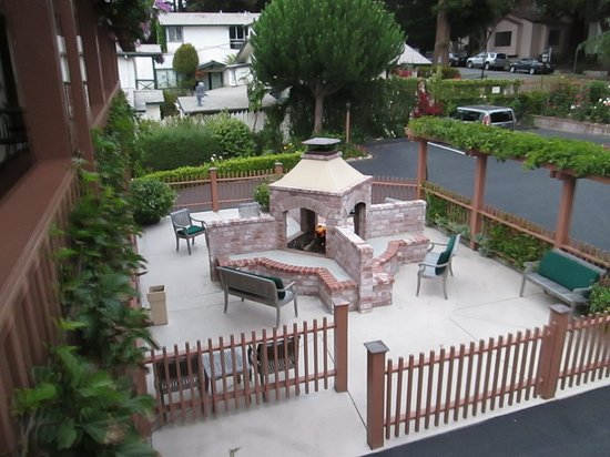 Candle Light Inn: Beautiful setting at the firepit!