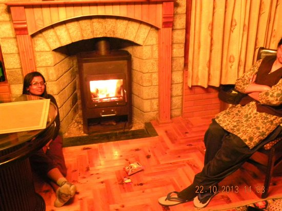 SilverBirch Manali Cottage : The fire place and dining area