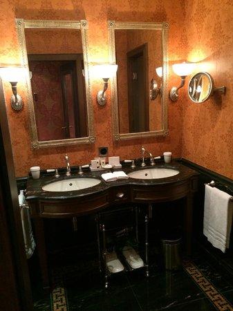 Grand Hotel Les Trois Rois: bathroom