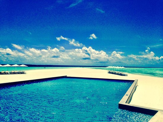 Four Seasons Resort Maldives at Landaa Giraavaru: Blu beach and pool