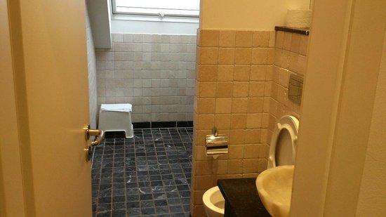 Aleksandra Hotel: Bathroom