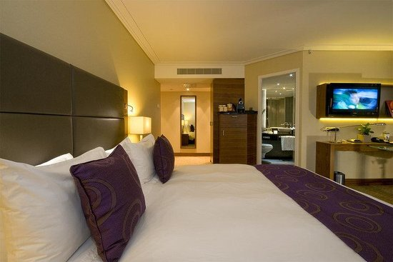 Crowne Plaza Amsterdam City Centre: Club Corner Bed And TV