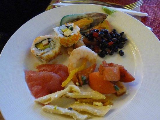 Hilton Guam Resort & Spa: 巻き寿司、刺身などもあります。