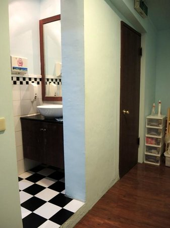 Parachute Hostel : Washroom