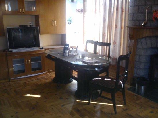 SilverBirch Manali Cottage : Dining Area near the fire place