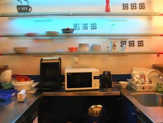 Westend City Hostel: Kitchen