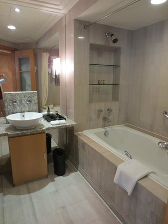 Ascott Beijing : master bedroom bathroom