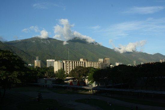 Universitätsstadt von Caracas (Ciudad Universitaria de Caracas): Vista hacia el Cerro el Avila desde la Biblioteca Central