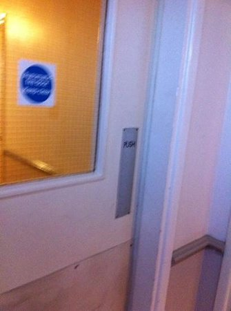 Roman Way Hotel: non closing fire door