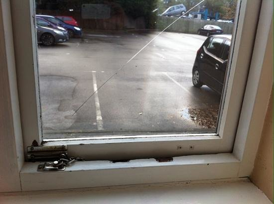 Roman Way Hotel: cracked bedroom window
