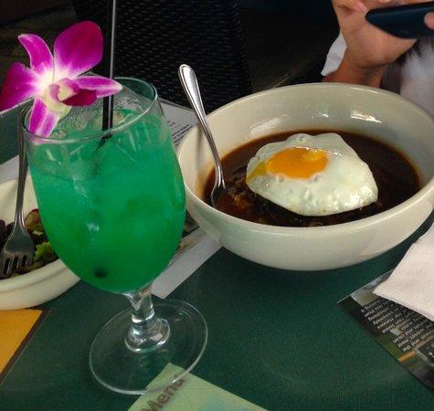 Aloha Table Waikiki: ハーフサイズ・ロコモコとノンアルコールのブルーハワイ。